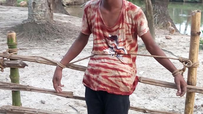 ৭ বছরের শিশুকে বলাৎকারের অভিযোগে রাজুকে চুল কেটে জুতার মালা গলায় দিয়ে ঘুরিয়েছে গ্রামবাসী